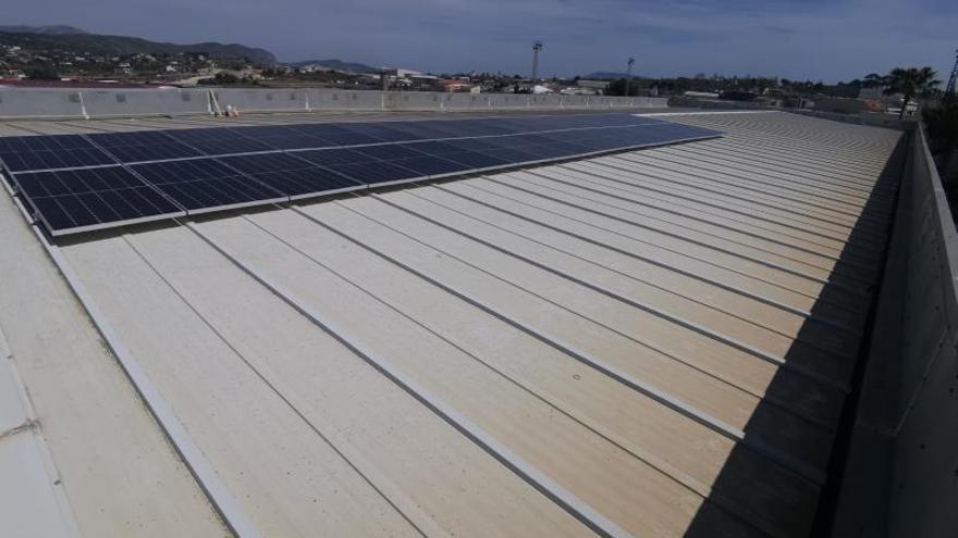 Benissa instala 36 placas fotovoltaicas en la piscina