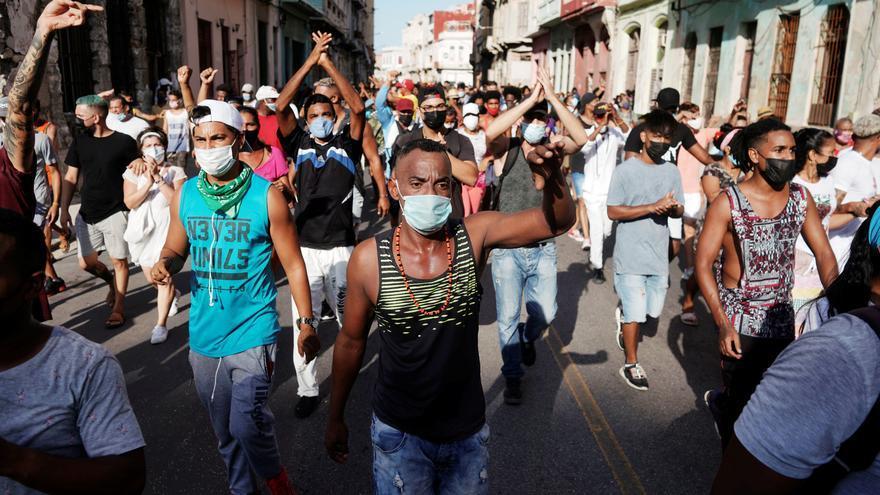 Miles de manifestantes salen a la calle en Cuba por primera vez en 27 años