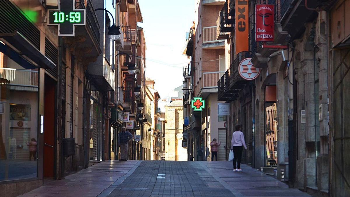 Calle comercial de La Rúa. | E. P.