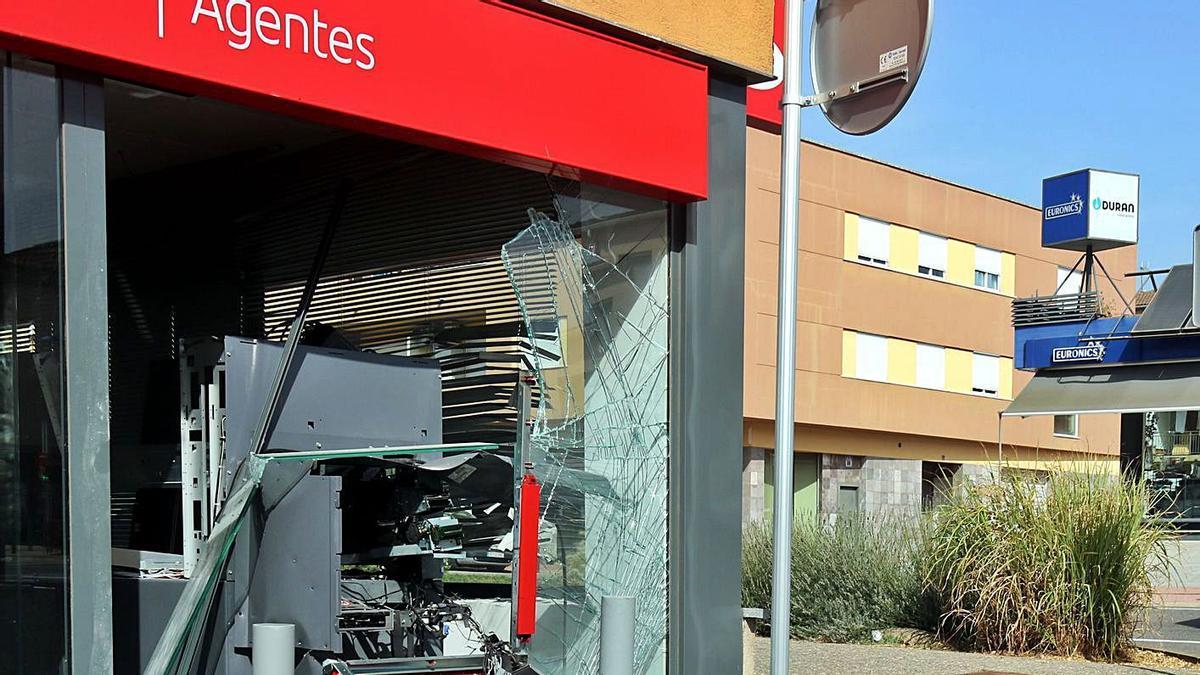 Els explosius utilitzats han destrossat el caixer i han provocat danys a la sucursal. | XAVIER PI / ACN