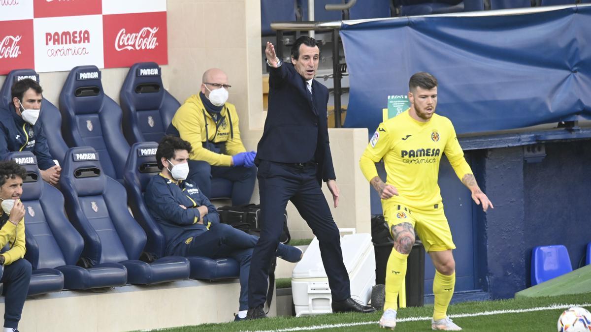 Unai Emery da órdenes a sus jugadores durante el encuentro de este domingo en La Cerámica.