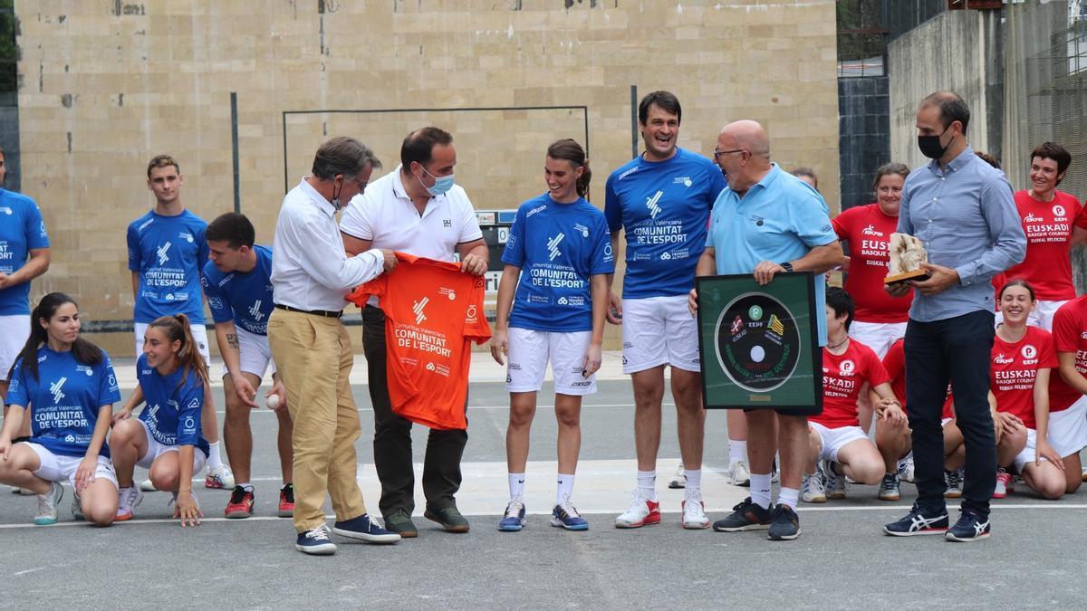 Abans del començament de la partida masculina, les dues federacions es van lliurar uns detalls commemoratius