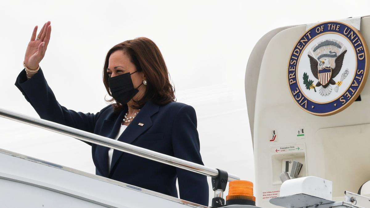 La vicepresidenta Kamala Harris desembarca en Singapur