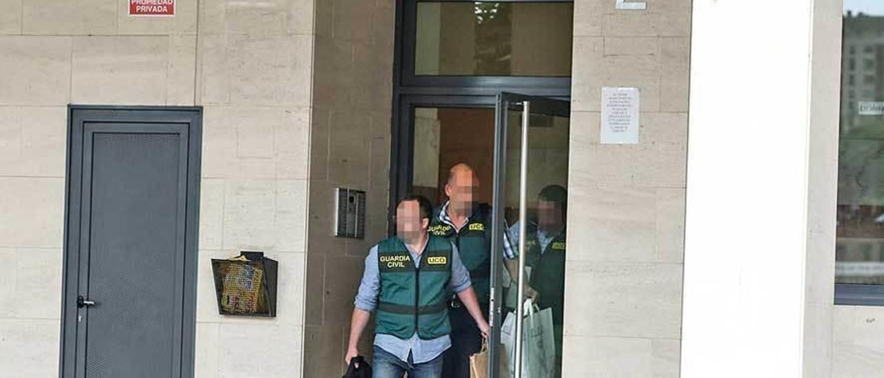 Los agentes de la UCO a la salida de la vivienda de José Ángel Fernández Villa.