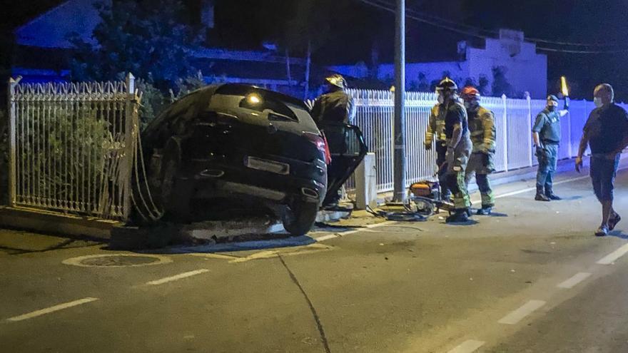 Empotra su coche contra una propiedad privada en la carretera de Tercia a Lorca