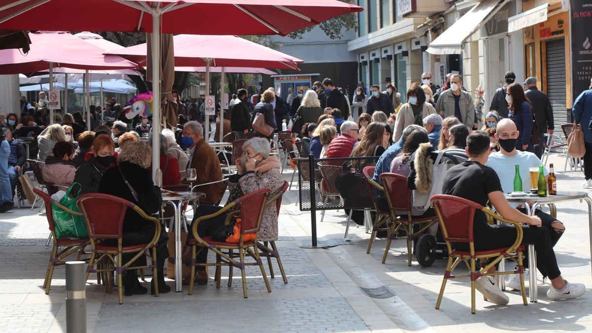 Una terraza de un establecimiento hostelero situado en la capital de la Plana en una imagen de archivo.