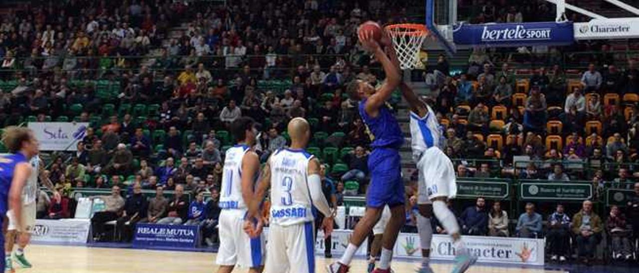 Tavares intenta anotar en la visita al Dinamo Sassari.