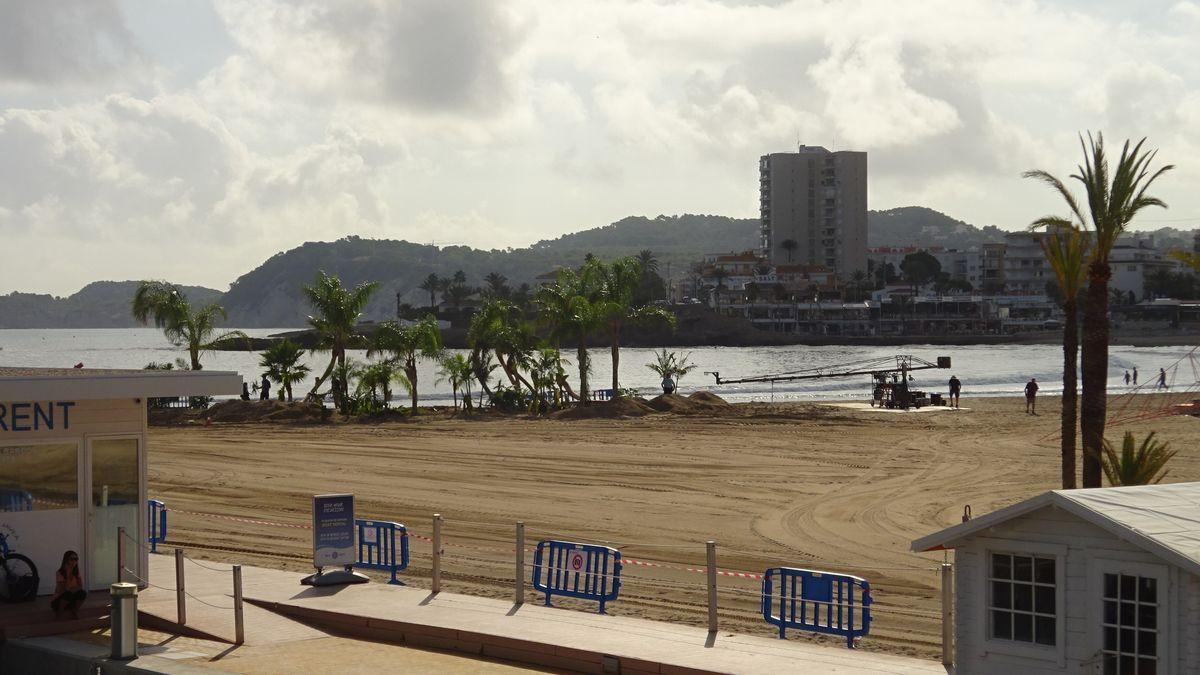 La playa del Arenal de Xàbia se convierte en un oasis para la película 'Uncharted'.