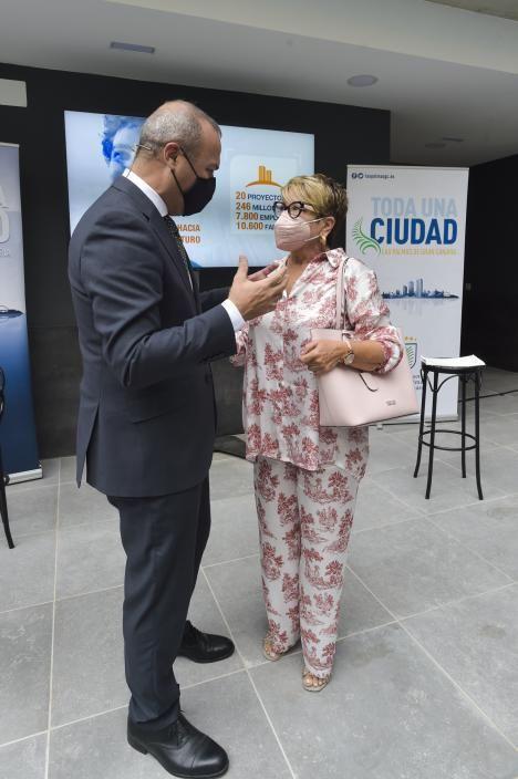 Augusto Hidalgo con María Salud Gil, presidenta de los constructores