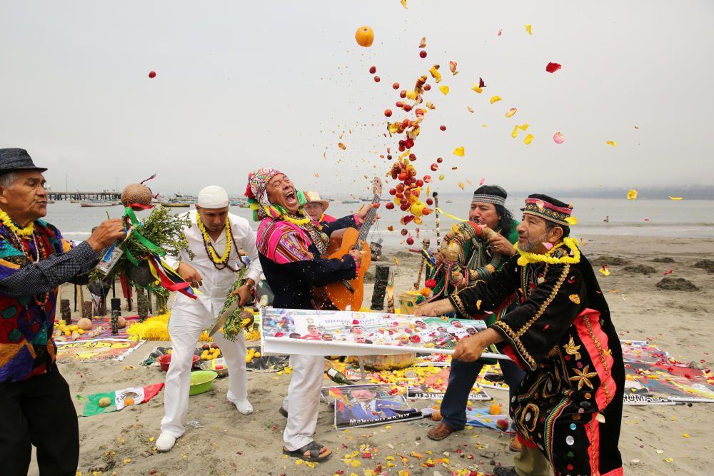 Chamanes peruanos durante un ritual para atraer la suerte en 2017.