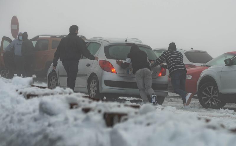 Los tinerfeños disfrutan de la nieve en el Teide