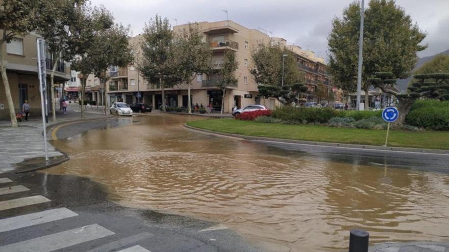 Una fuita en el sistema d'aigua de Roses inunda algunes places i carrers de la localitat