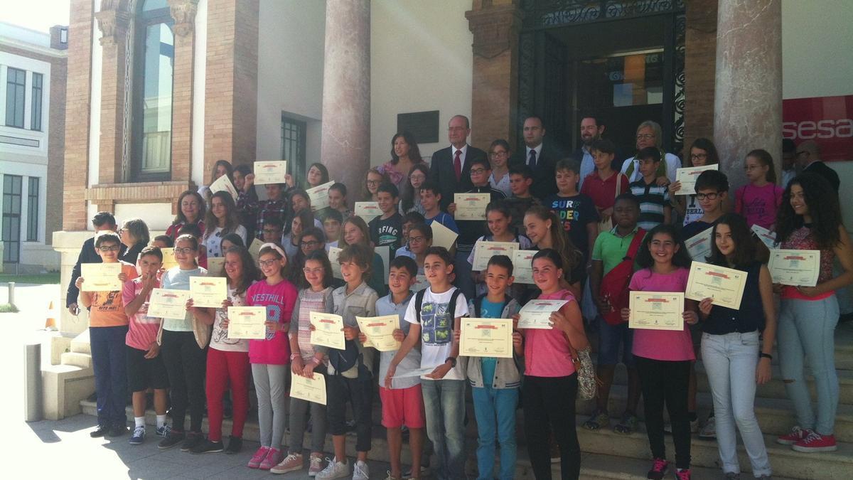 Escolares en una edición anterior de Emprenautas recogiendo su diploma