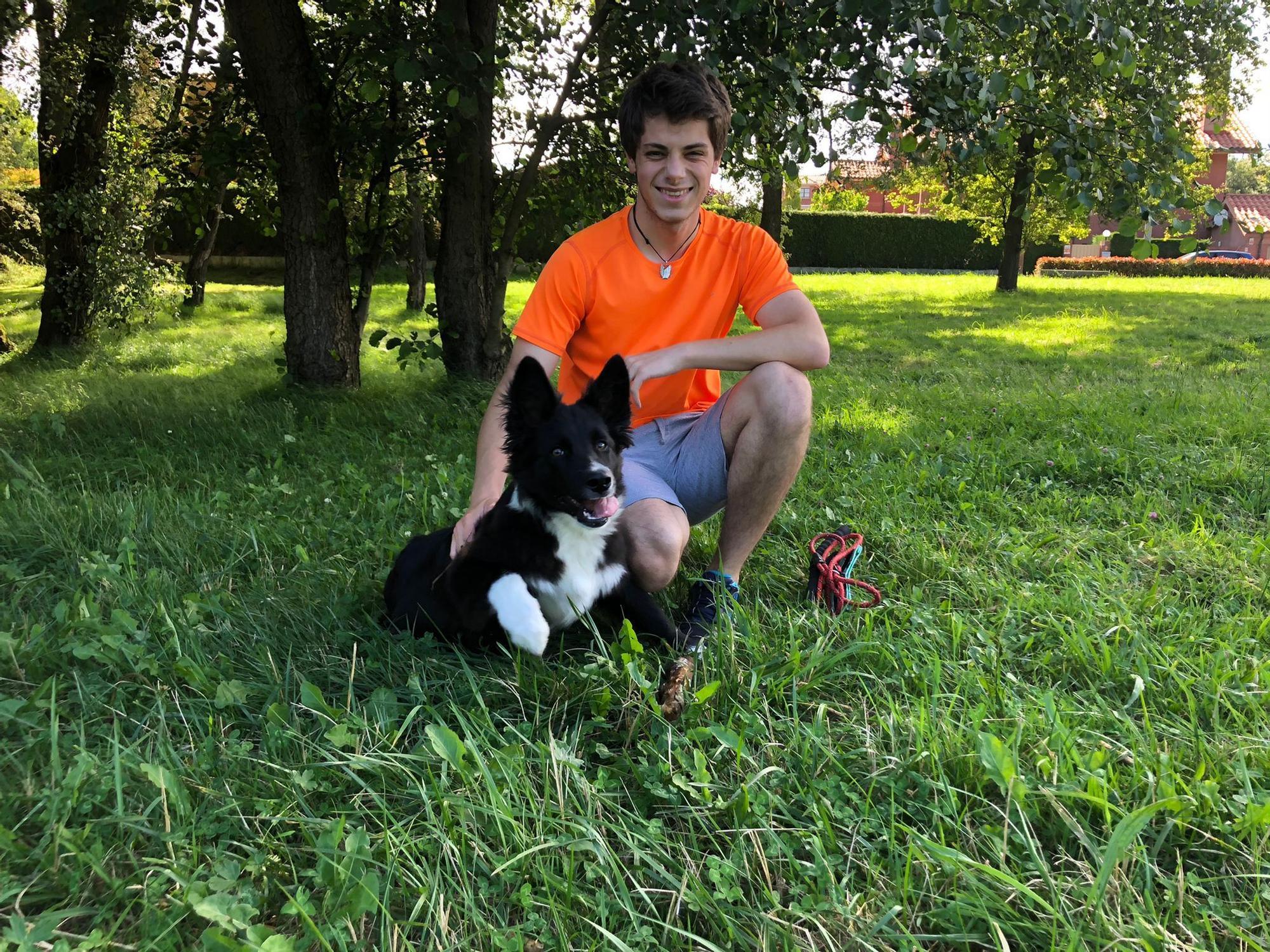 Pablo Pérez con su perro Coco.jpeg