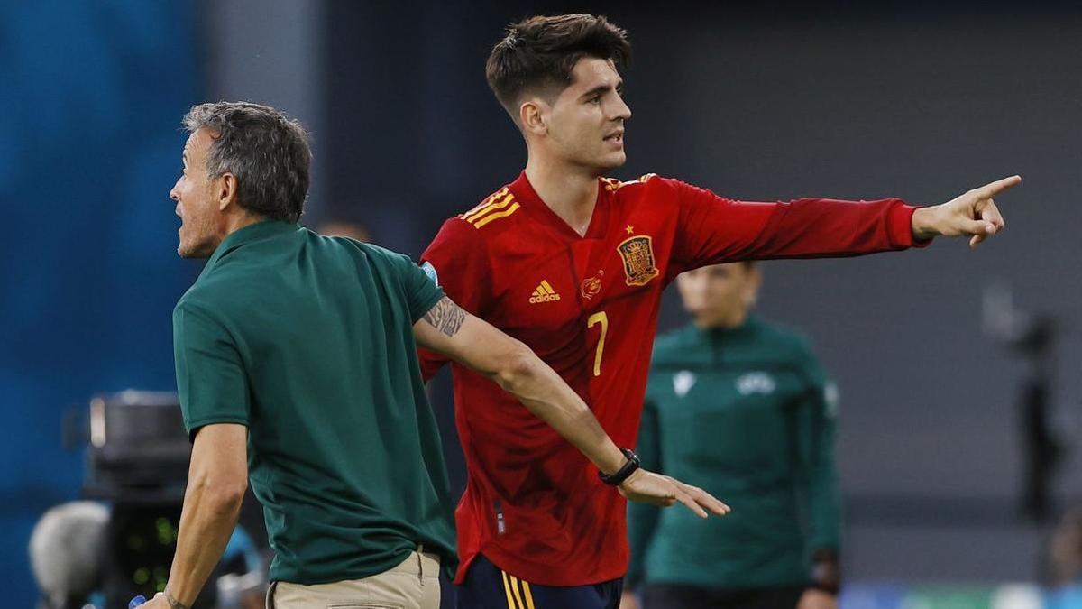 El delantero de la selección Álvaro Morata al lado de Luis Enrique