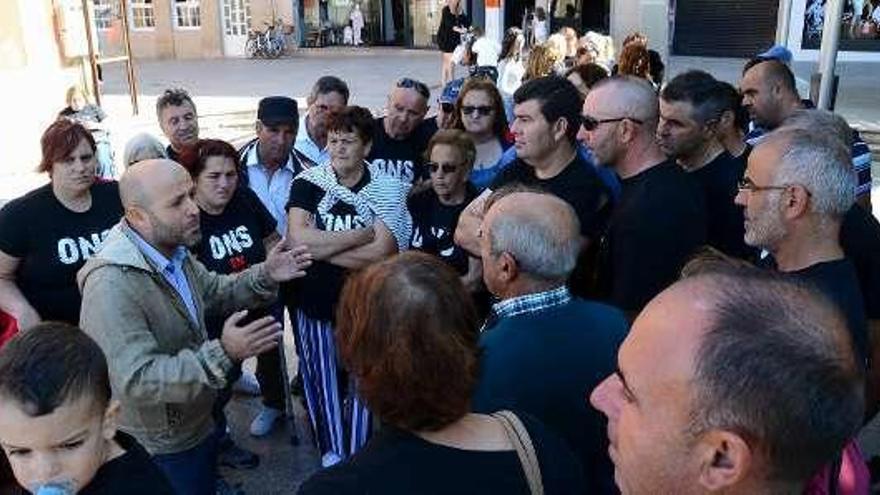 Villares se reúne con vecinos de Ons para apoyar su derecho a la propiedad