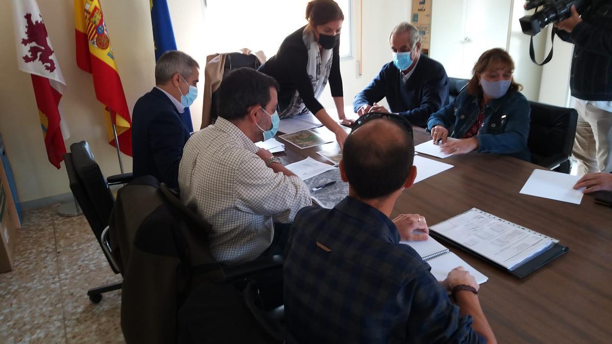 Clara San Damián preside la reunión en el ayuntamiento de Gallegos del Río con los alcaldes de la zona