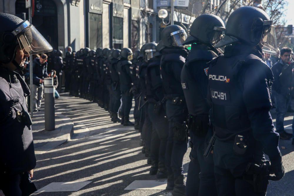Agentes de la Policía Nacional protegen de los ...