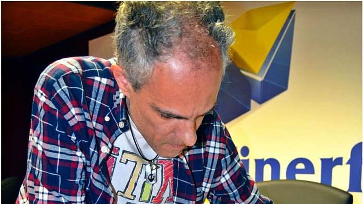Carlos Felipe Martell en una firma de libros.