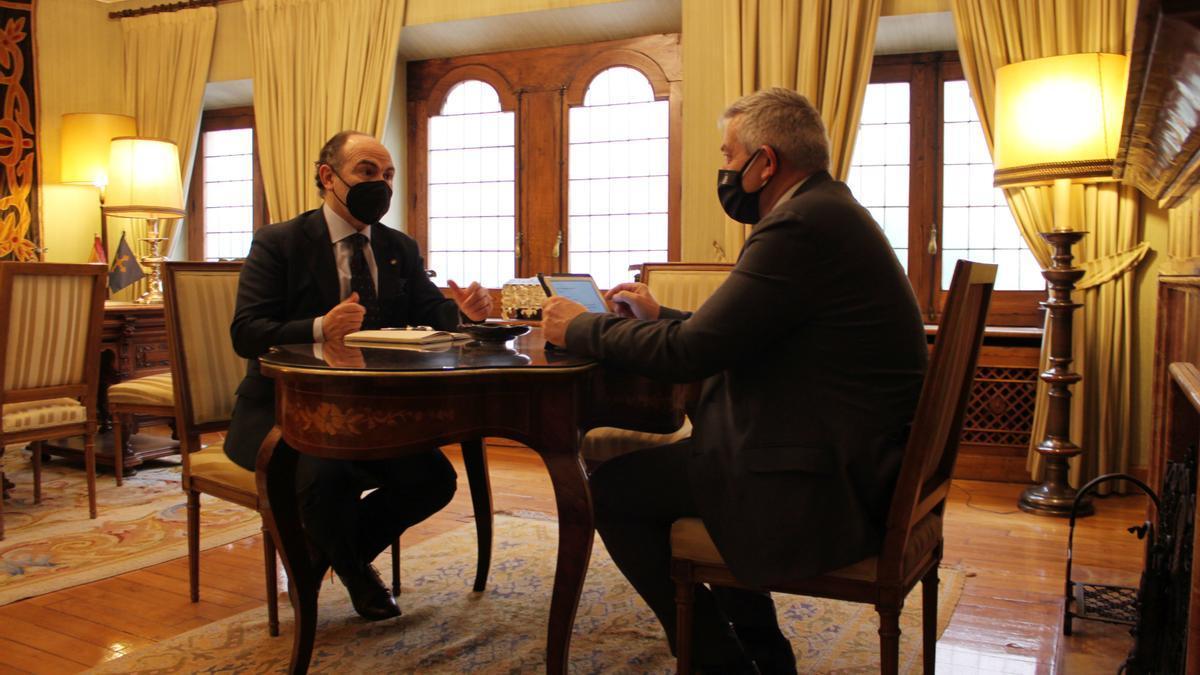 Ignacio Villaverde, a la izquierda, y Santiago García Granda, durante su reunión de esta mañana.