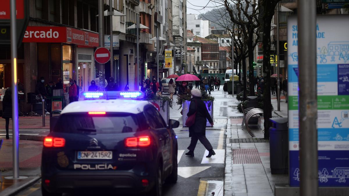 Una patrulla de la Policía Nacional en el centro de Pontevedra.