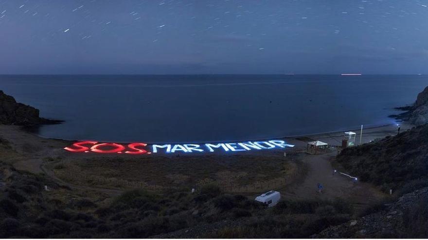 'El niño de las luces' ilumina Calnegre para lanzar un SOS por el Mar Menor