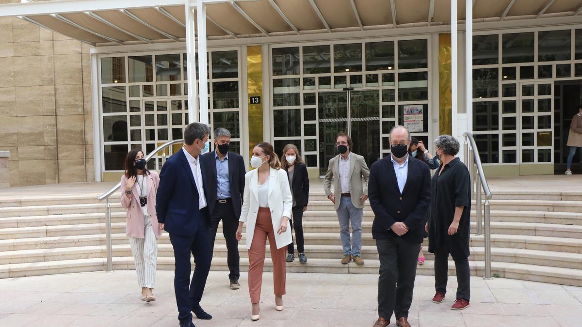 La consejera Maru Díaz, con los especialistas que componen el primer comité de expertos.