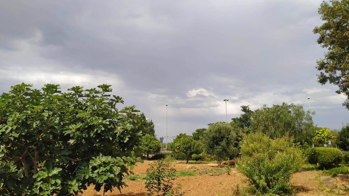 Els núvols creuen l'Alt Empordà carregats de pluja aquest diumenge a la tarda