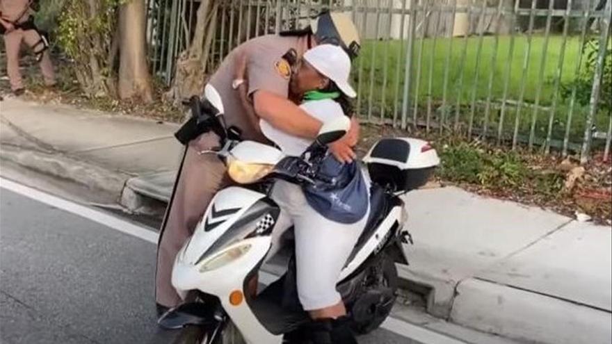 El abrazo entre una activista negra y un policía blanco en Miami se hace viral