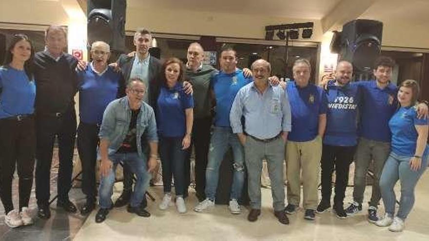 La peña azul Castrillón cumple diez años y honra al exoviedista Jerkan