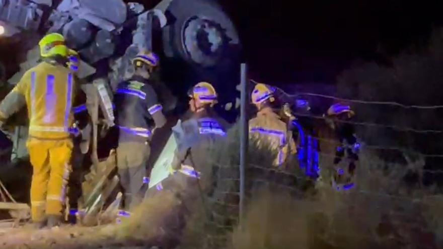 Fallece un camionero al volcar el camión tras evitar la colisión con un turismo