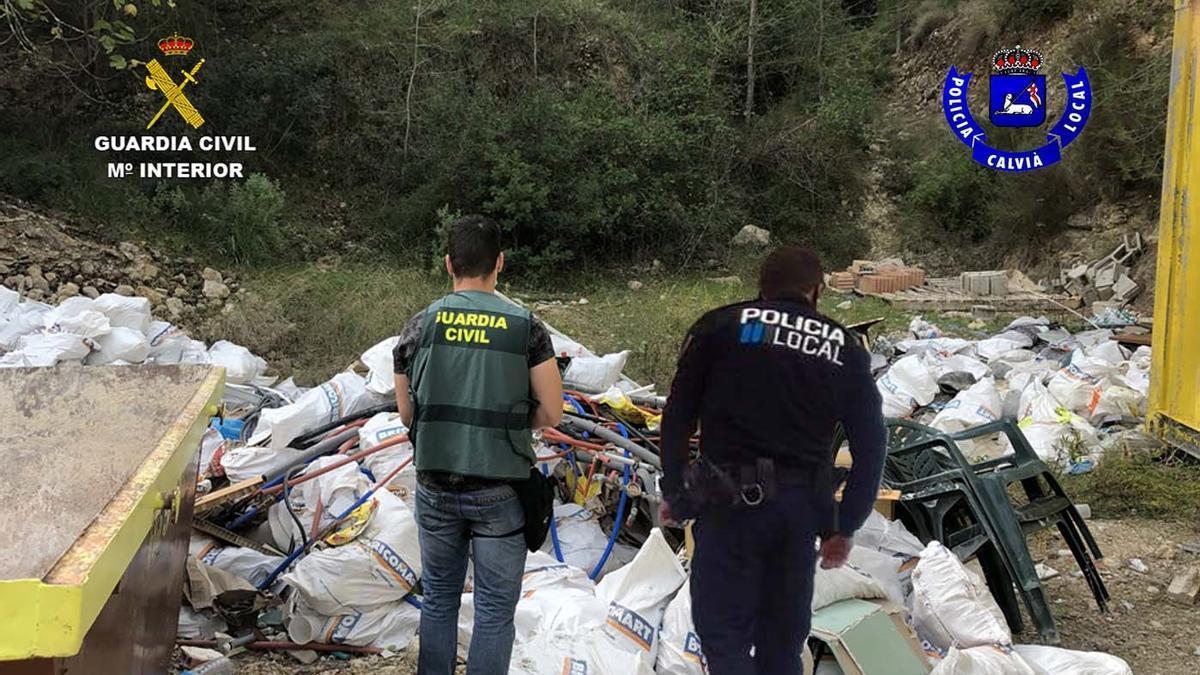 Guardia Civil y Policía Local de Calviá denuncian a una empresa por vertido de escombros en finca rústica