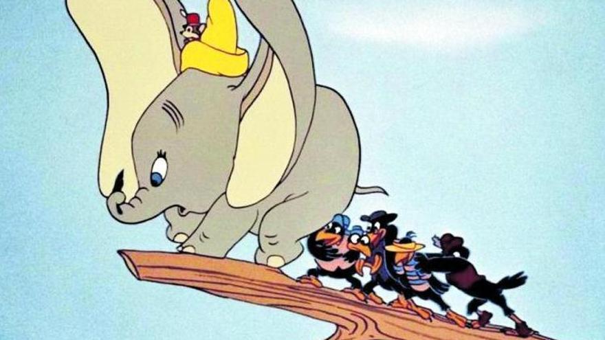 El tierno Dumbo, con la bandada de cuervos Jim Crow. | DISNEY
