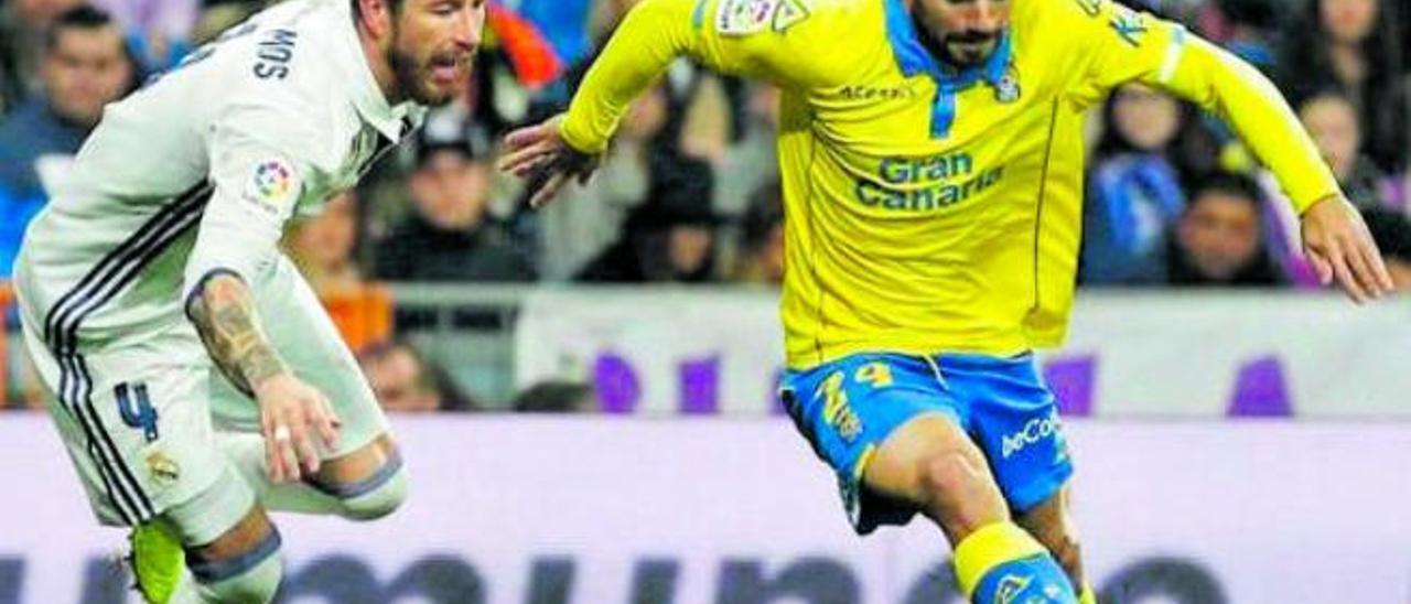 Tanausú Domínguez Tana se va de Sergio Ramos antes de marcar en el Bernabéu, el 1 de marzo de 2017.