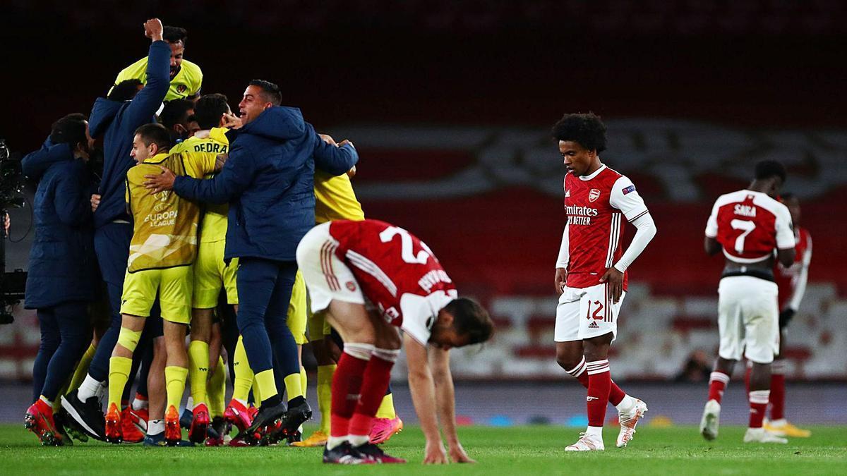 Los jugadores del Villarreal se abrazan para celebrar el pase a la final ante la decepción de los del Arsenal.    // REUTERS