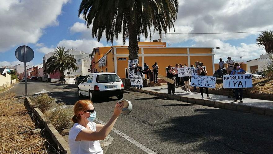Almatriche vuelve a reclamar en la calle un acuerdo sobre las aceras