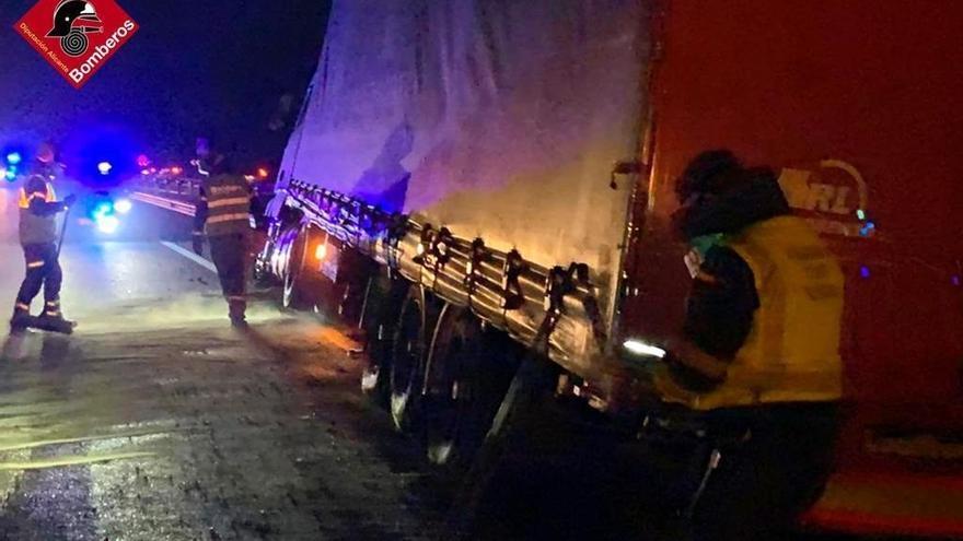 Un camión se sale de la vía en Monforte del Cid y derrama combustible de su depósito