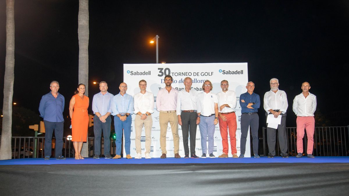 Foto de familia de todos los patrocinadores que han apoyado en el 30 Torneo de Golf Diario de Mallorca, Trofeo Banco Sabadell.
