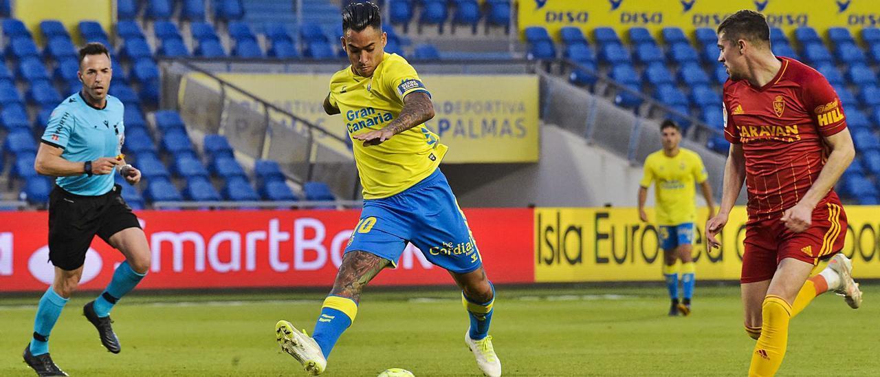 Sergio Araujo, con el brazalete de capitán, se dispone a disparar a puerta durante el partido entre la UD Las Palmas y el Real Zaragoza el pasado mes de mayo. | | ANDRÉS CRUZ