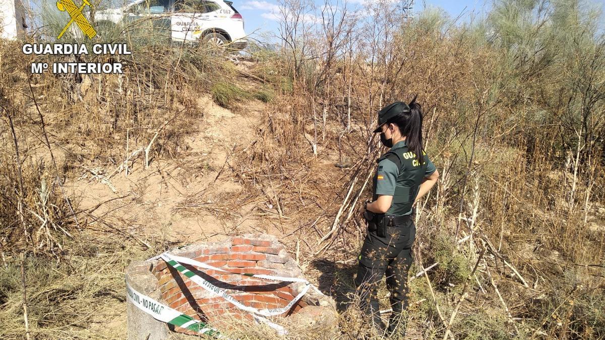 La Guardia Civil auxilia a un hombre que se lanzó a un pozo para rescatar a su perro en Olías.