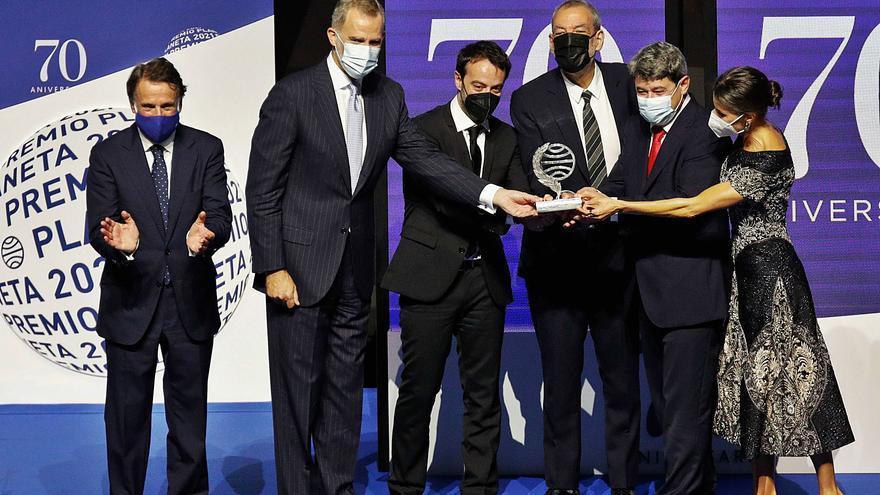Premio Planeta para el trío de autores que se esconde tras Carmen Mola
