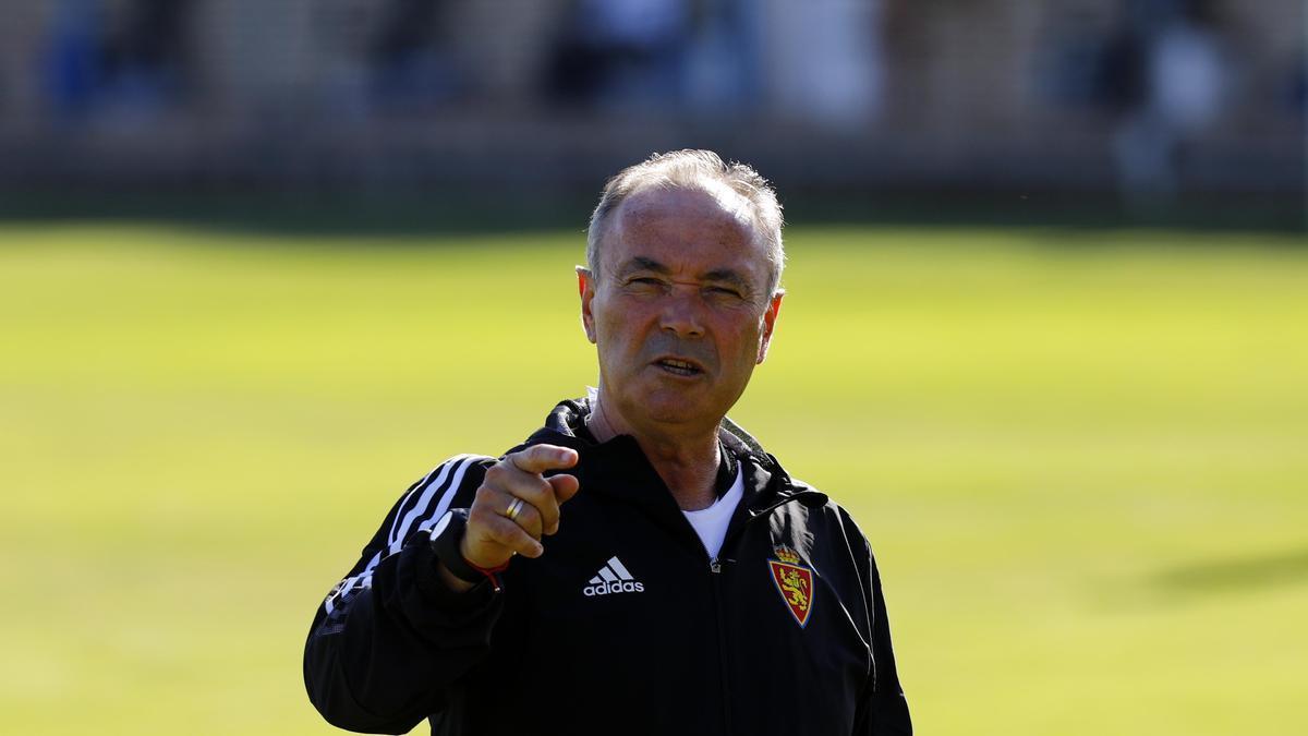 JIM da instrucciones durante el entrenamiento del Real Zaragoza.