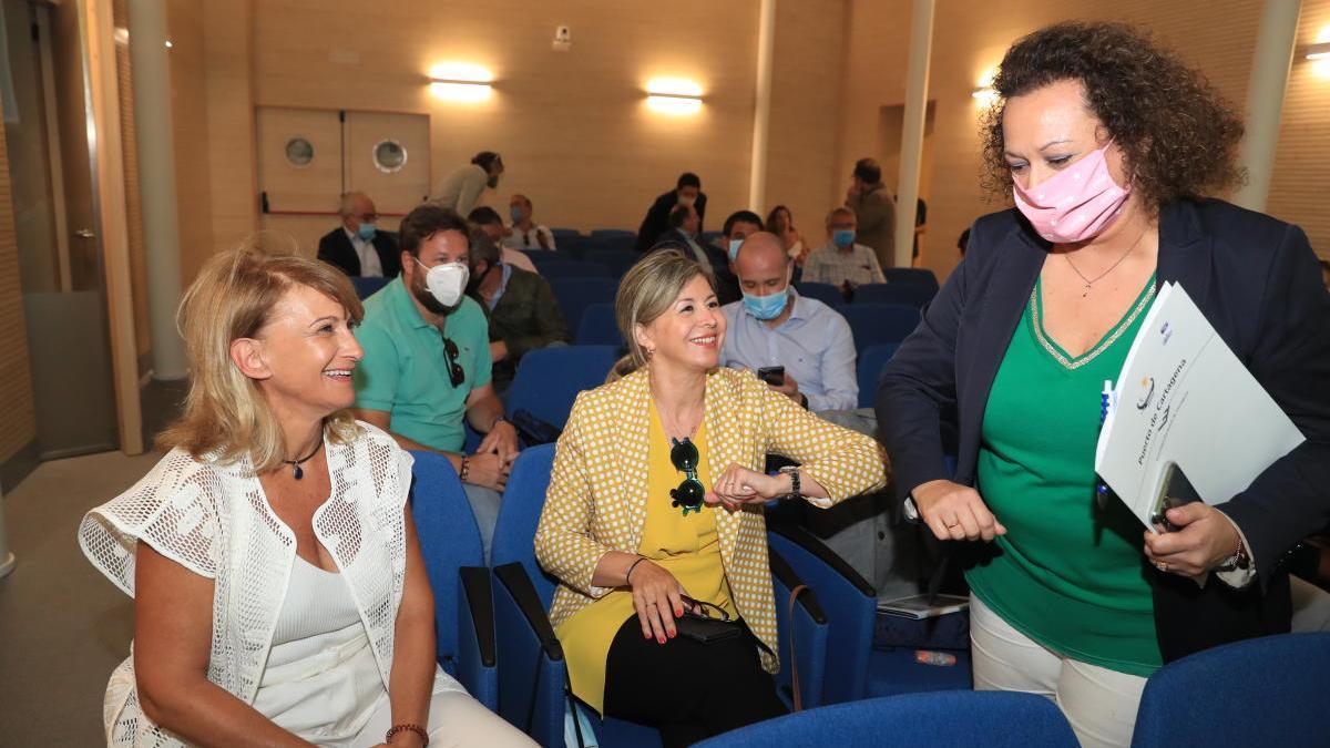 Yolanda Muñoz, a la derecha, saluda a los participantes en la reunión.