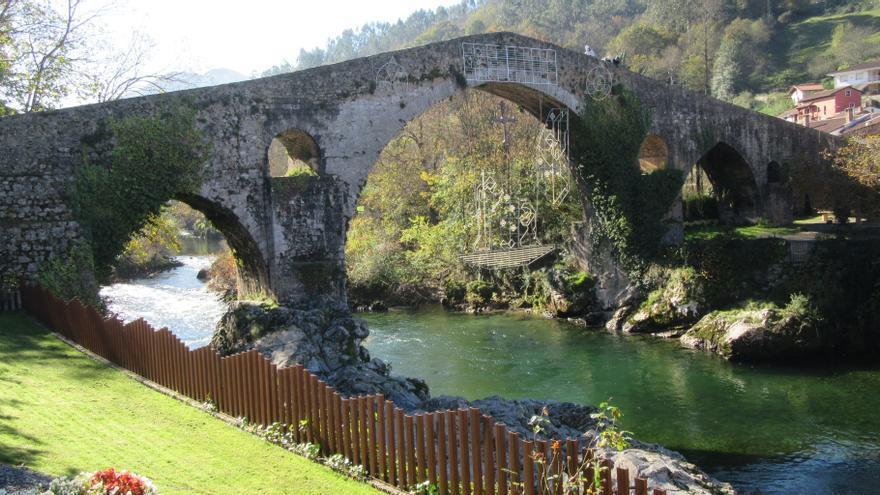 El puente de Cangas de Onís, con iluminación navideña