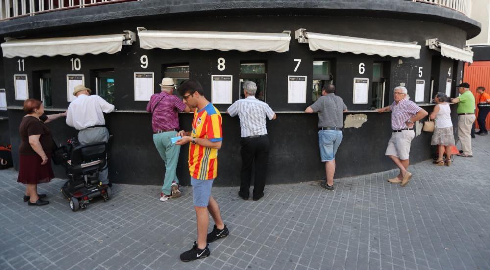 Colas en Mestalla para retirar los pases del Valencia CF
