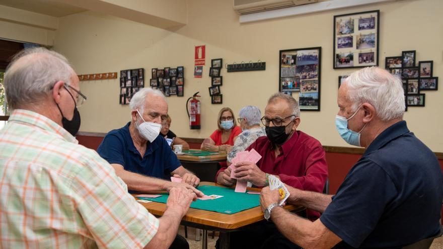 Vuelven las partidas de cartas y dominó a los locales de jubilados de Castelló