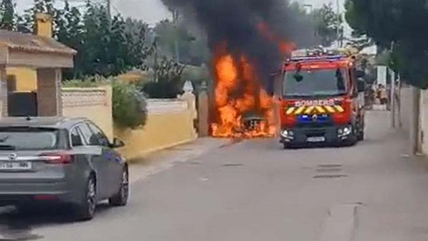 Espectacular incendio de un vehículo en Castelló