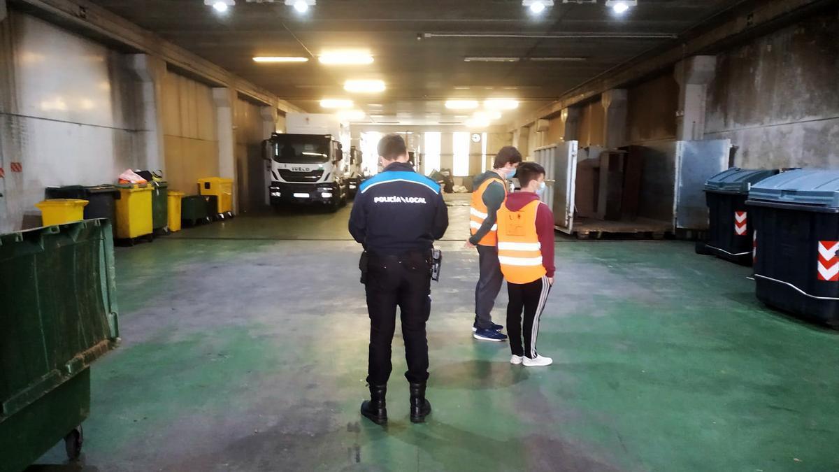 El personal municipal acompañado por un agente de la Policía Local durante la inspección a las instalaciones de Urbaser. / C.M.A.