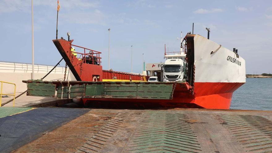Desbloqueado el puerto de Formentera cuatro horas después de que un camión quedara atrapado al embarcar