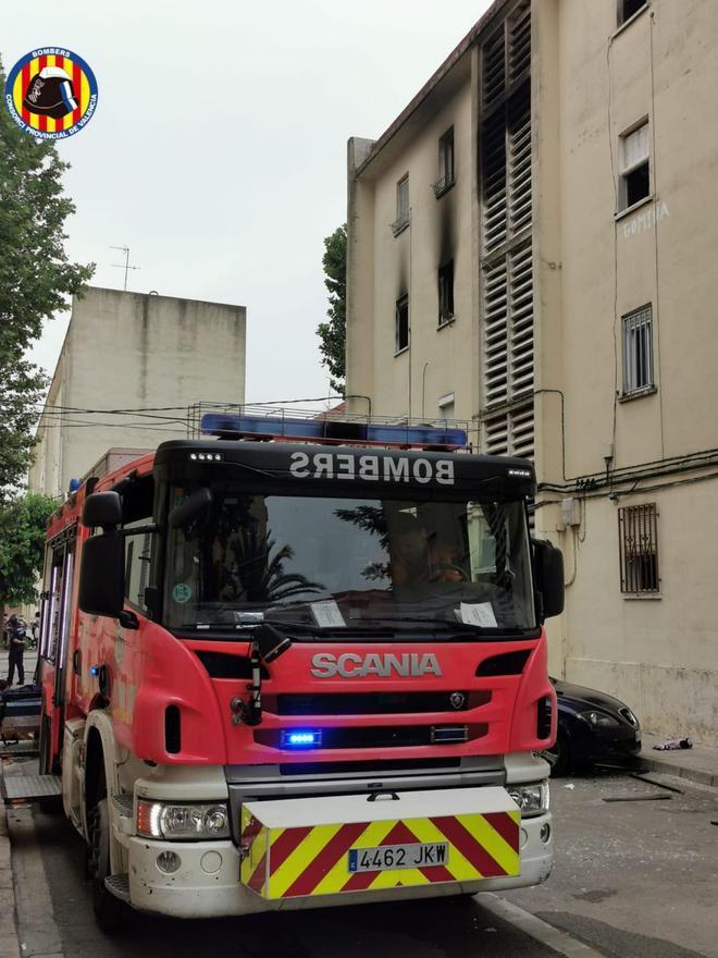 Los bomberos, en el bloque de viviendas de Algemesí donde ha ocurrido el incendio.